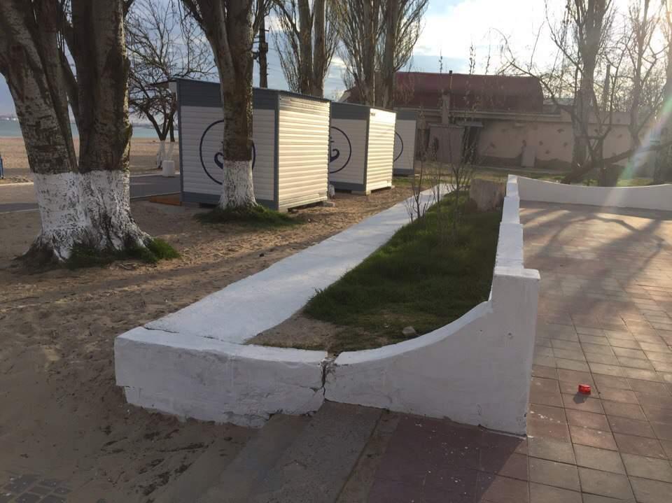 Белые деревья, белые бордюры: деккоммунизация не добралась до Одессы (фото