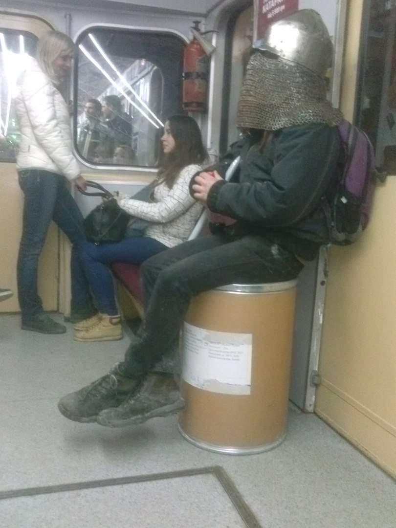 Типичный день в Харькове, где рыцарь едет на метро