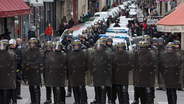 Полиция Парижа разогнала протестующих на площади Бастилии, в ход шли дубинки, газ и дым (Видео)