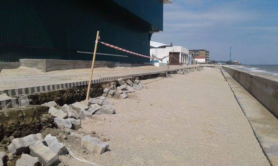 Фотофакт: на Одесчине в море смыло новую набережную (фото)