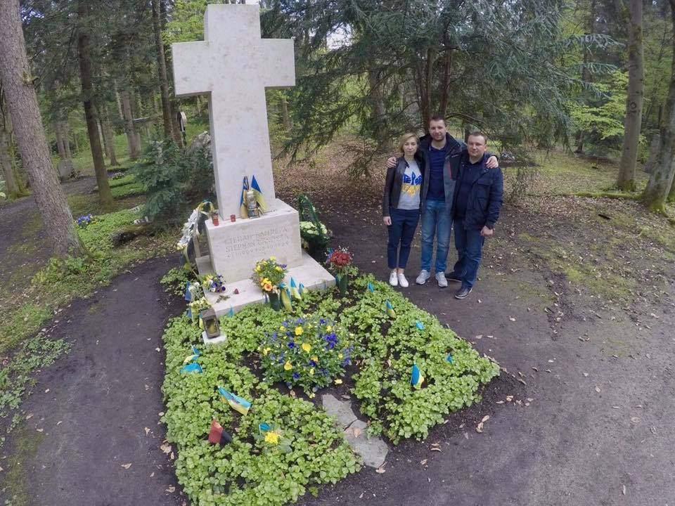 «Жизнь надо прожить так, чтобы и после смерти тебя боялись»: Парасюк побывал с семьёй на могиле Бандеры (фото)
