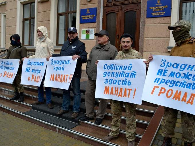 "В Тернополе произошли столкновения протестующих с депутатами от фракции ""Свобода"" (фото)"