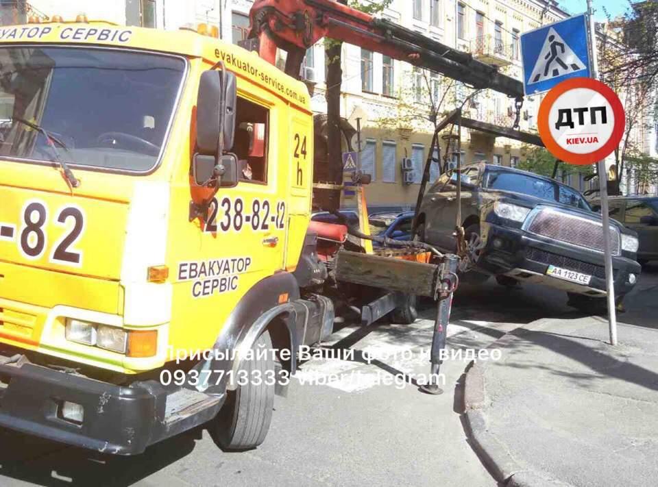 В Киеве эвакуатор