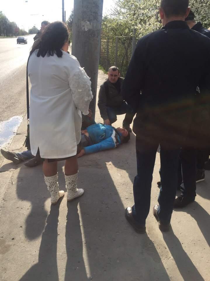 Во Львове посреди улицы обнаружили раненого мужчину: полиция отказалась приезжать на вызов (фото)