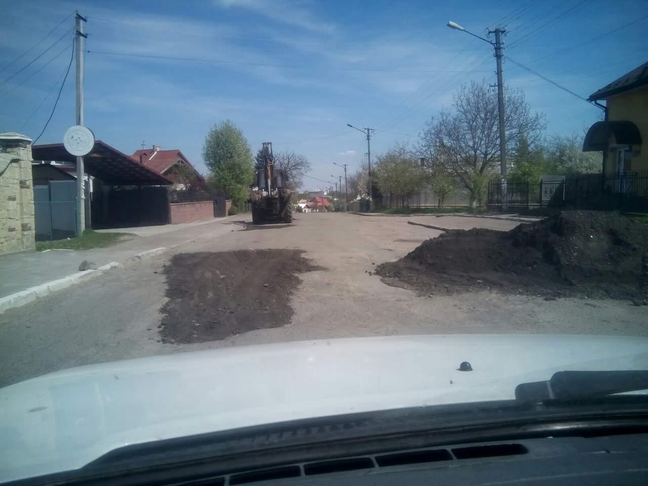 Во Львовской области ямы просто засыпают землей (Фото)