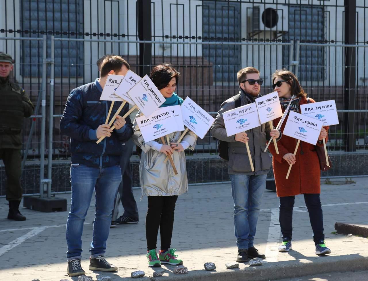 Пропасть с исчезнувшими активистами: в Киеве провели символическую акцию (фото)