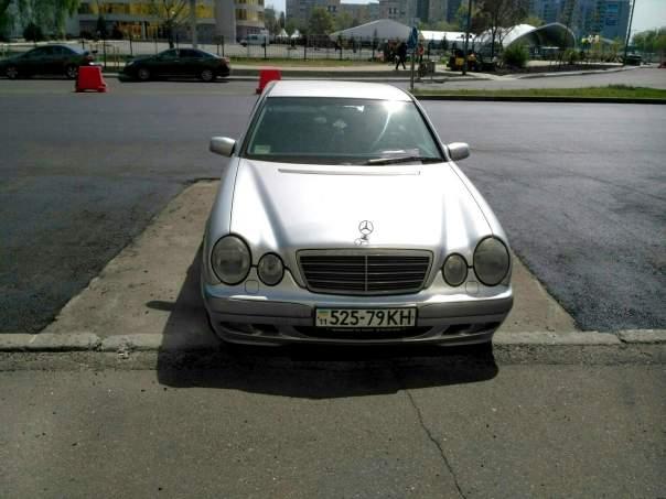 Подготовка к Евровидению в Киеве: ремонт дороги делают в обход припаркованных авто (Фото)