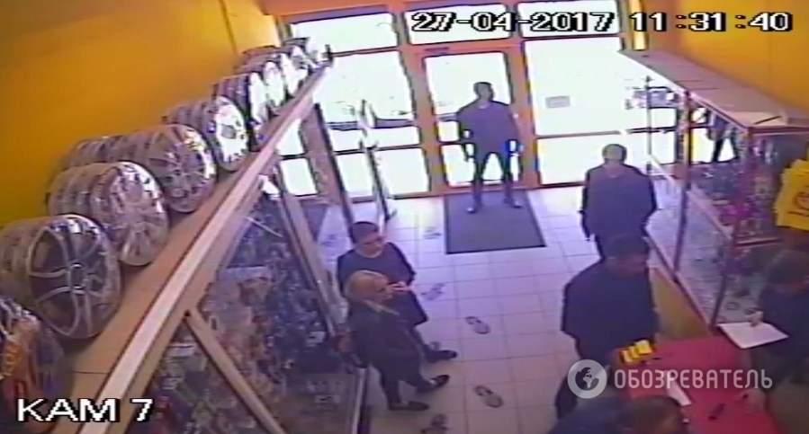 Кто они и что им нужно? В Киеве  группа неизвестных захватила два магазина  с сотрудниками (фото)