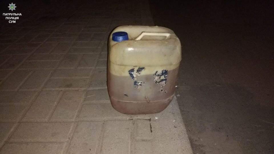 В Сумах мужчина пытался проникнуть в чужой подъезд  с помощью бензопилы (Фото)