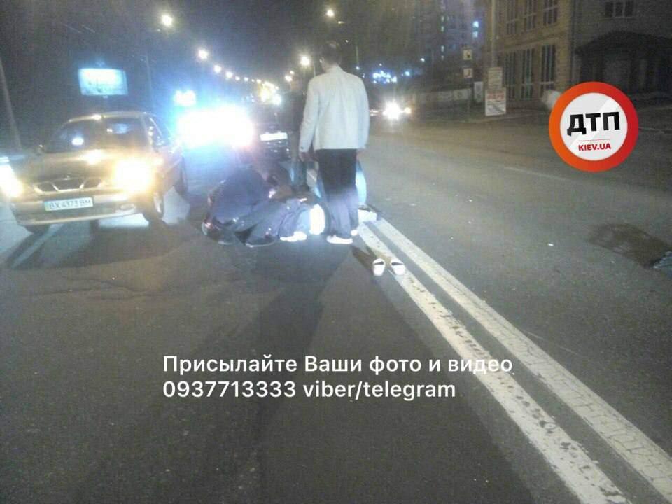 В Киеве пешеход-нарушитель попал под колеса автомобиля и получил серьезные травмы (фото)