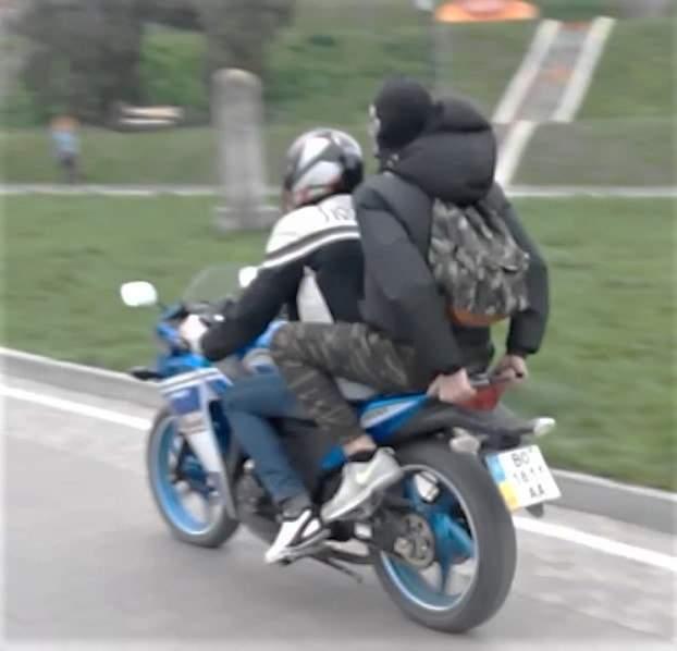 Хамство на дороге: в Тернополе байкер бессовестно использует велодорожки и тротуар для манёвров (видео)