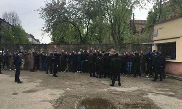 Возле львовского стадиона произошла массовая драка