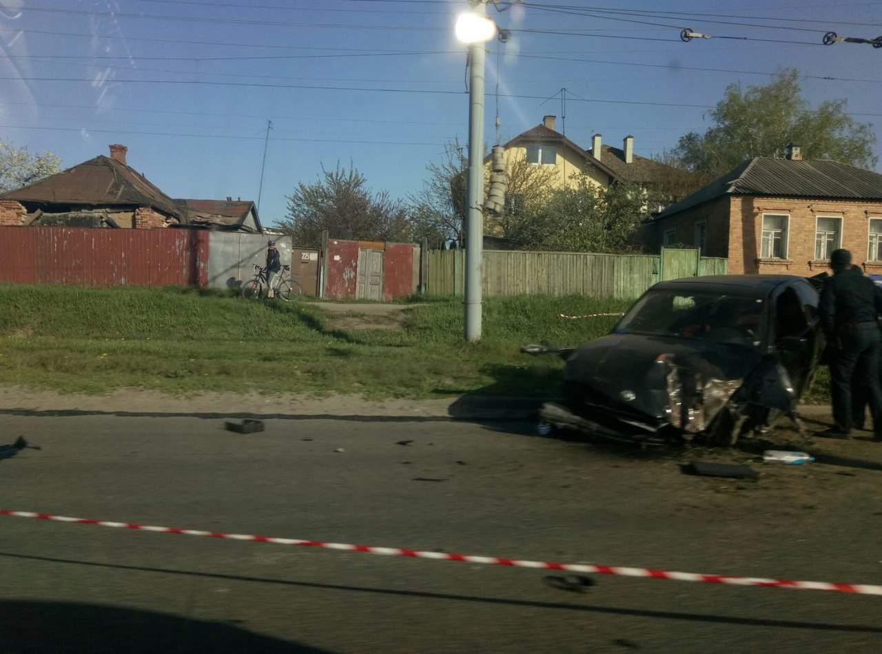 В Харькове лихач на BMW с еврономерами угодил во время погони в столб (фото)