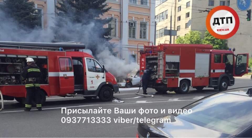 В Киеве посреди улицы загорелся автомобиль