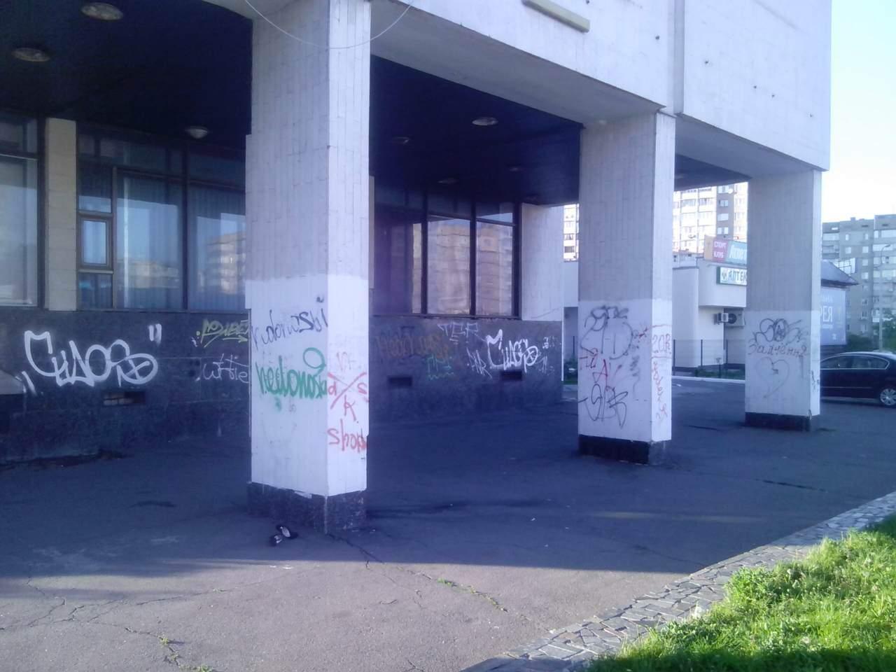 «Первомая» - пойду домой босая:  интернет-общественность повеселили «одинокие» туфли (фото)