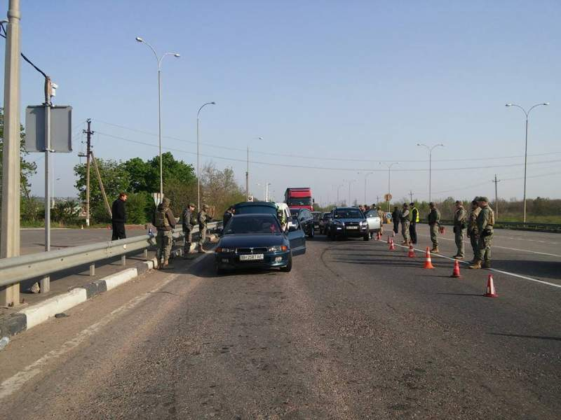 Активисты «Автомайдана» создали стихийный блокпост на въезде в Одессу (фото)