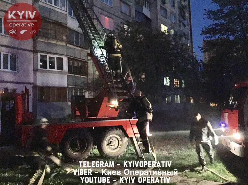 В Киеве из-за брошенного окурка вспыхнул пожар в многоэтажке (фото, видео)