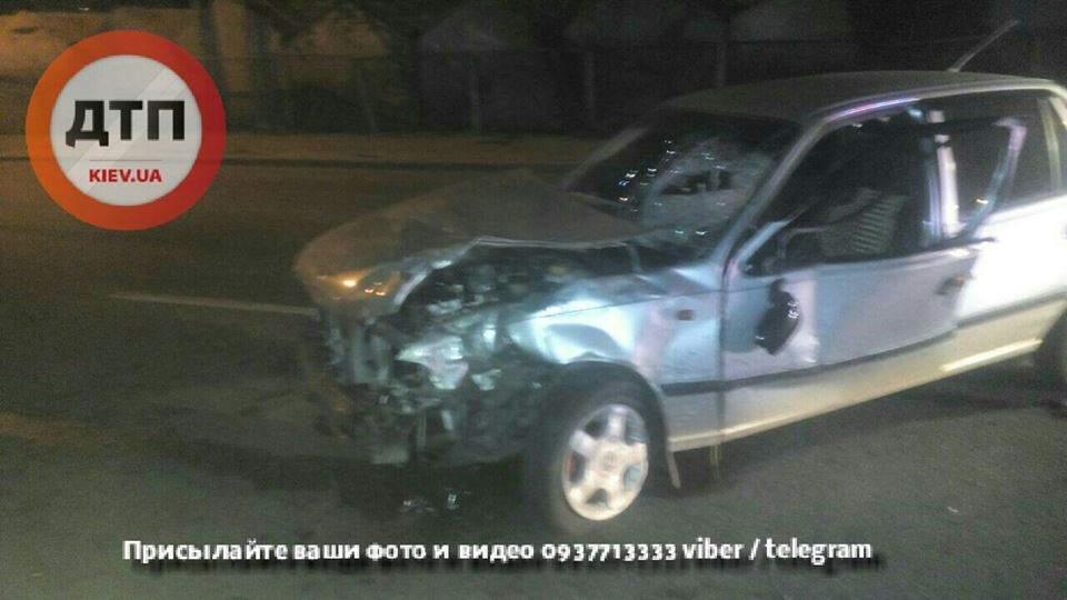 В столице пьяный водитель снес 3 гаража (Фото)