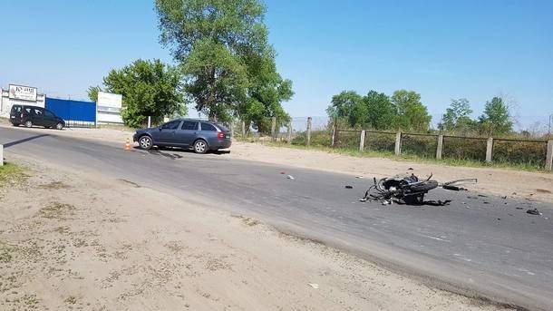 Жуткое ДТП в столице: пилот мотоцикла на скорости врезался во встречное авто (фото)