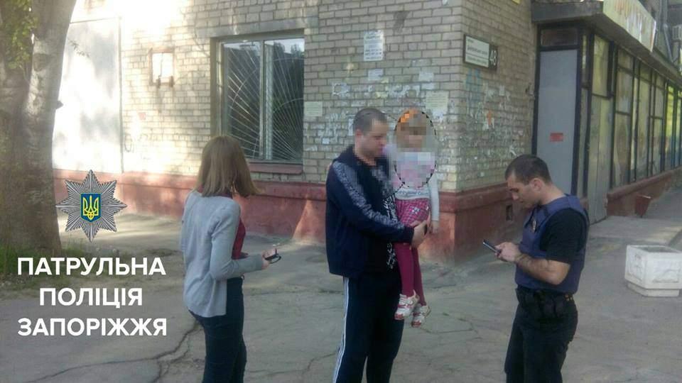В Запорожье полиция обнаружила заплаканного ребенка среди бомжей (Фото)