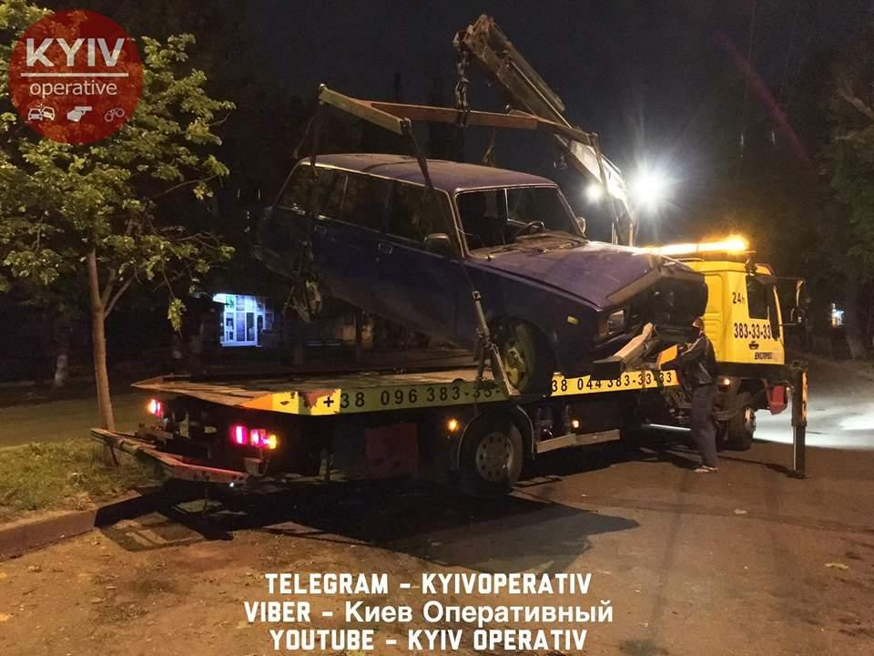 В Киеве пьяный водитель на полном ходу влетел в дерево (Видео, фото)