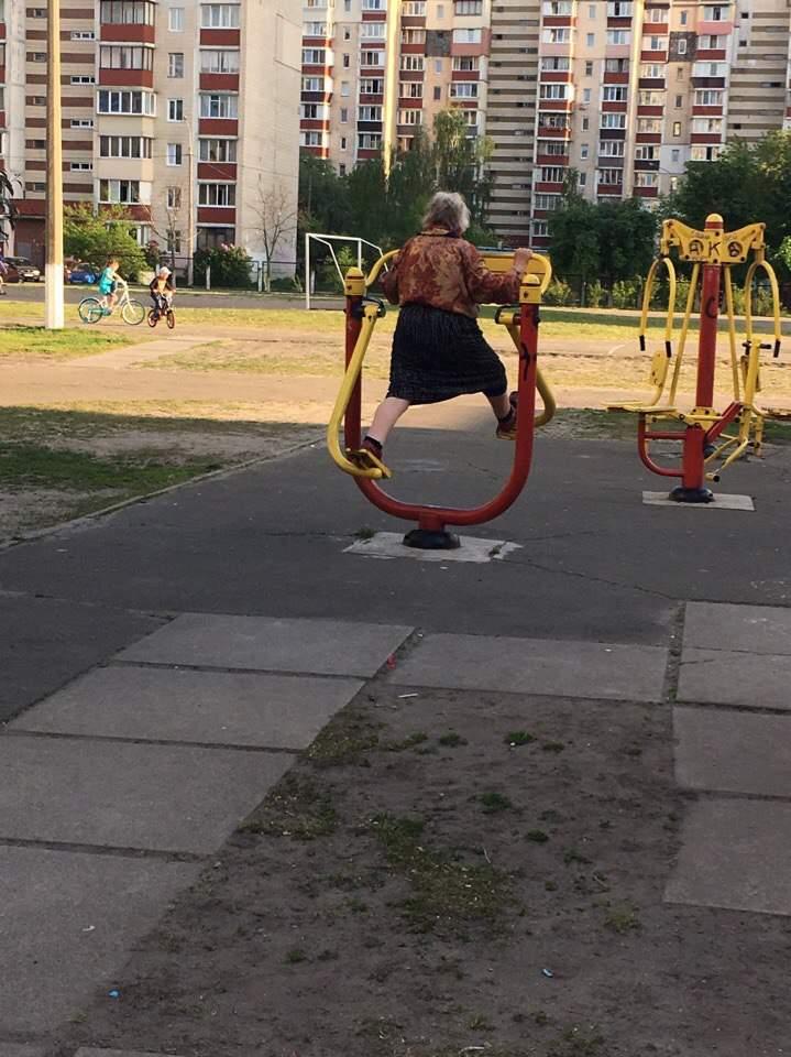 Май, мир, спорт: в Киеве заметили пенсионерку на тренажёрах ( фото)