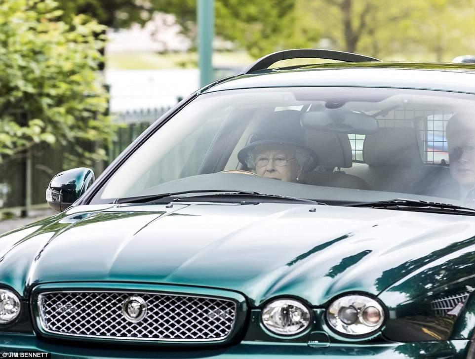 Без документов: 91-летняя королева Британии прокатилась за рулём