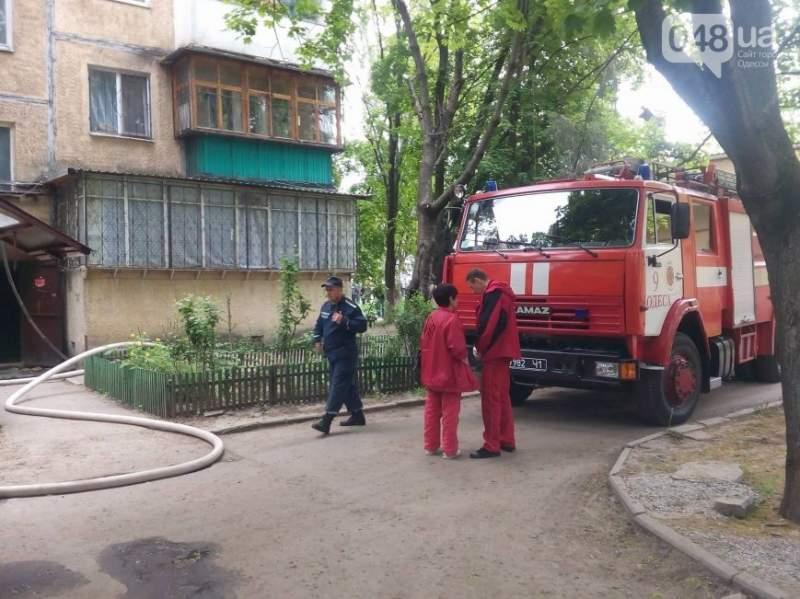 «Черёмушки» в огне: в Одессе горит квартира в пятиэтажке (видео)