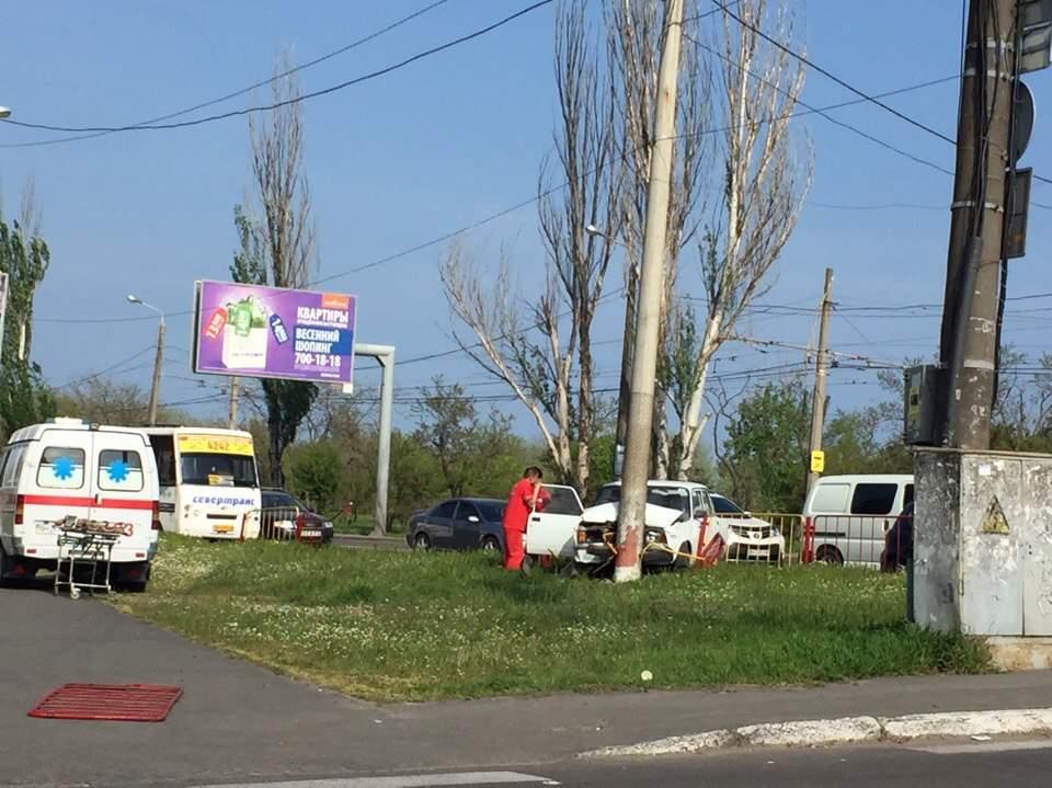 В Одессе авто снесло забор и столб (Фото)