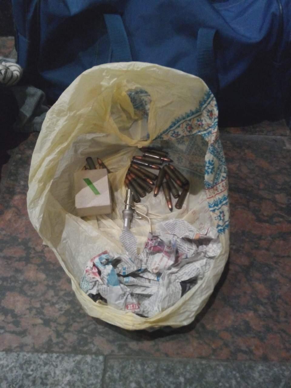 На львовском вокзале обнаружили сумку с патронами и запалом к ручной гранате (видео)