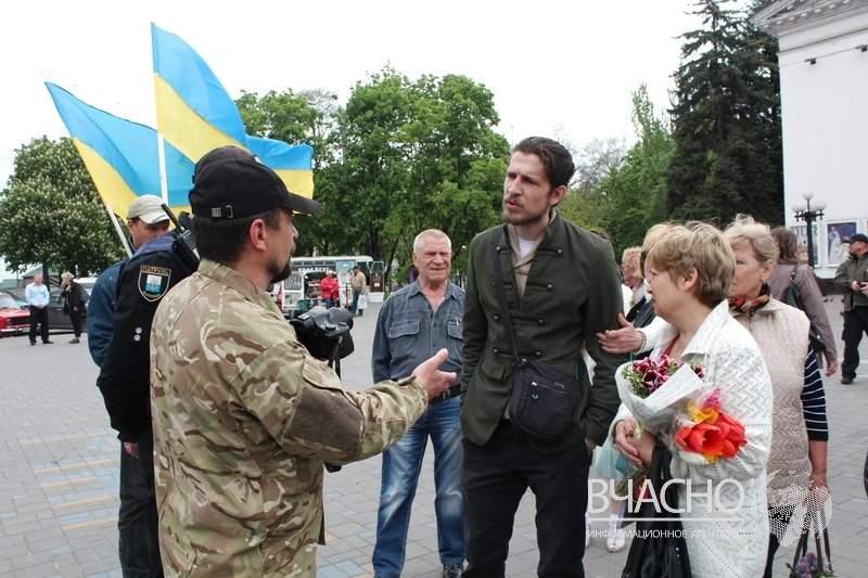 Маловато будет: в Мариуполе немногочисленные горожане присоединились к акции «Бессмертный полк» (фото)