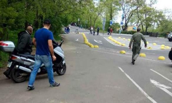В обход режимным ограничениям: в Одессе мужчина в форме времен Второй мировой войны пытался проехать по Аллее славы (фото)