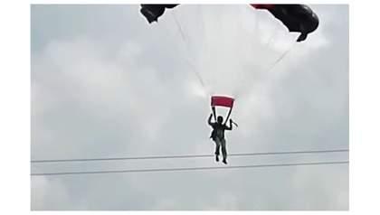 На Шри-Ланке военнослужащая-парашютистка столкнулась с линией электропередачи (видео)