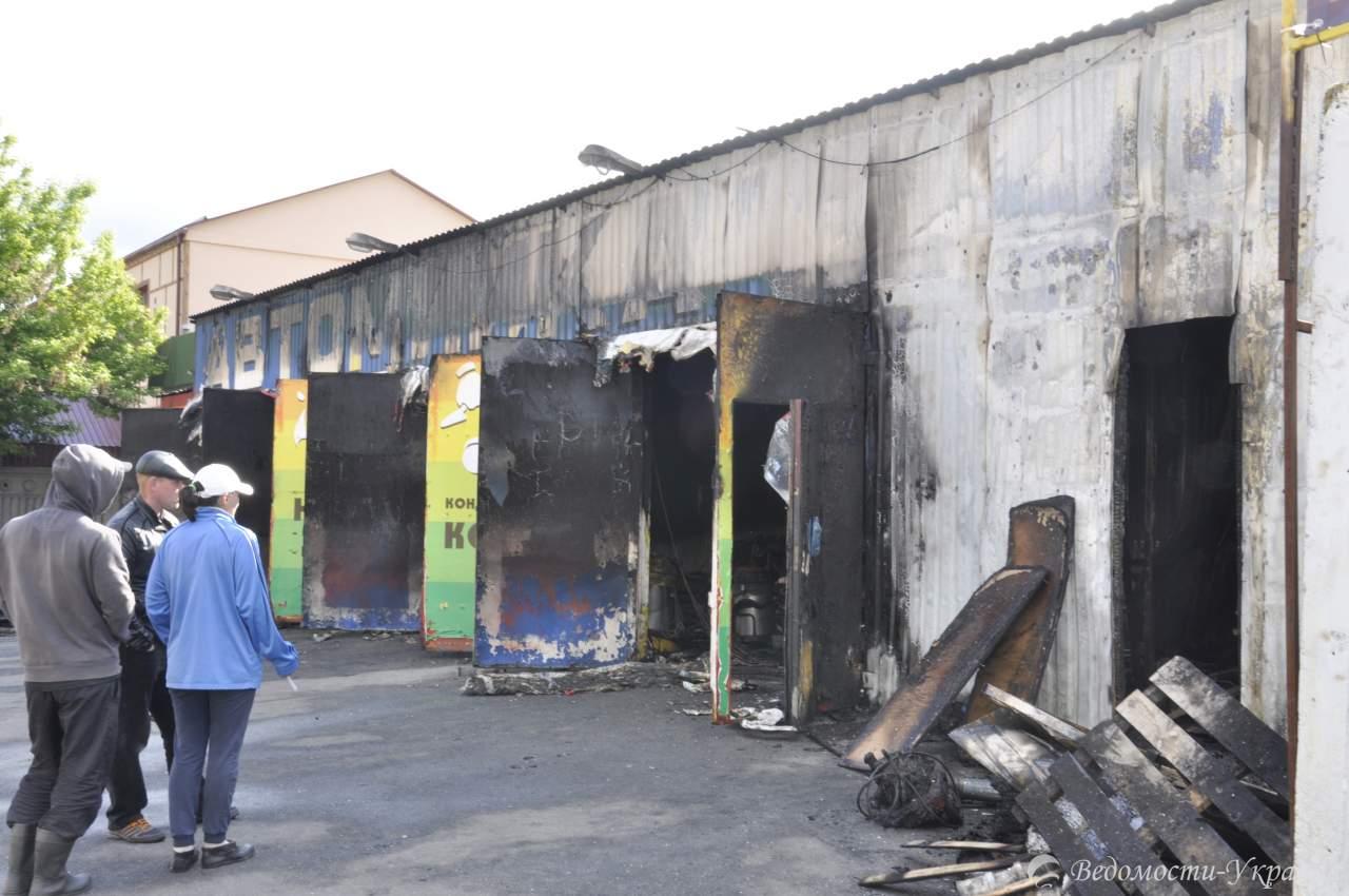 Ночью в Киеве сгорела автомойка (фото)