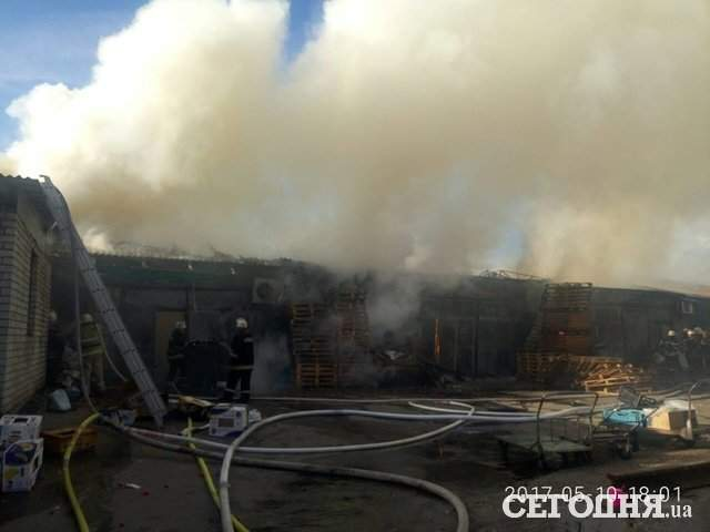 В Киеве горели склады с продовольствием на Дарницком рынке (фото)