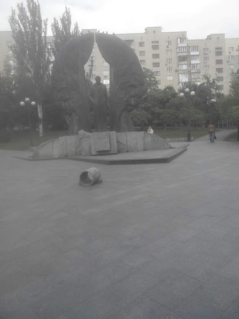 Не гнушаются ничем: скейтеры соорудили новую площадку из урн у памятника Гонгадзе (фото)