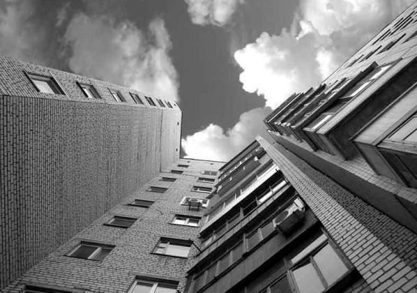 На Львовщине молодая девушка выбросилась с крыши девятиэтажного дома
