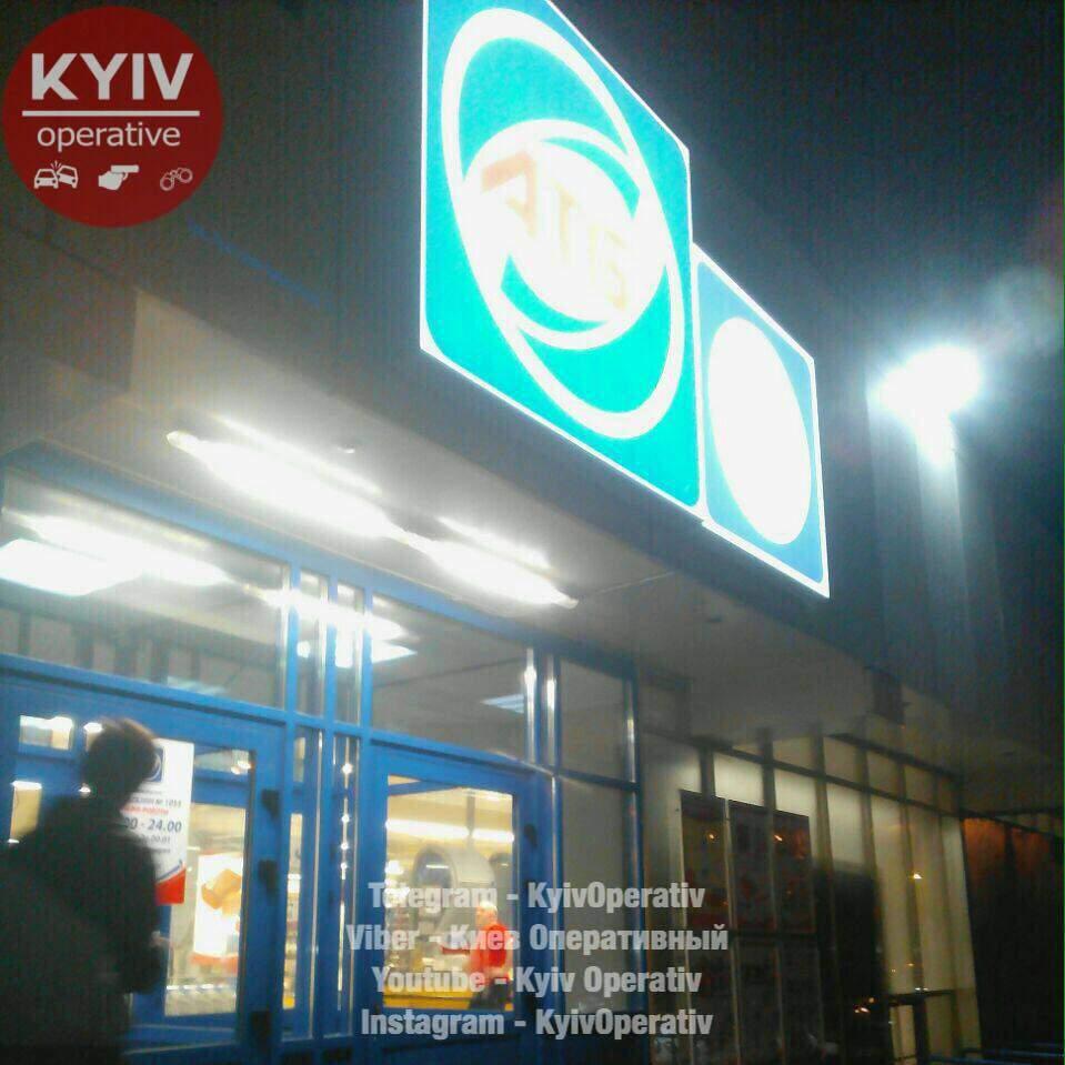 В одном из столичных супермаркетов сняли всю украинскую символику (Фото)
