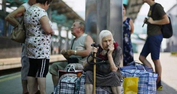 Почти 50 % переселенцев из Донбасса в Украине имеют достаточно средств только на питание