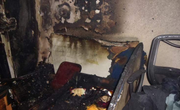 В Киеве пожарные вытащили из горящей квартиры мужчину (фото)