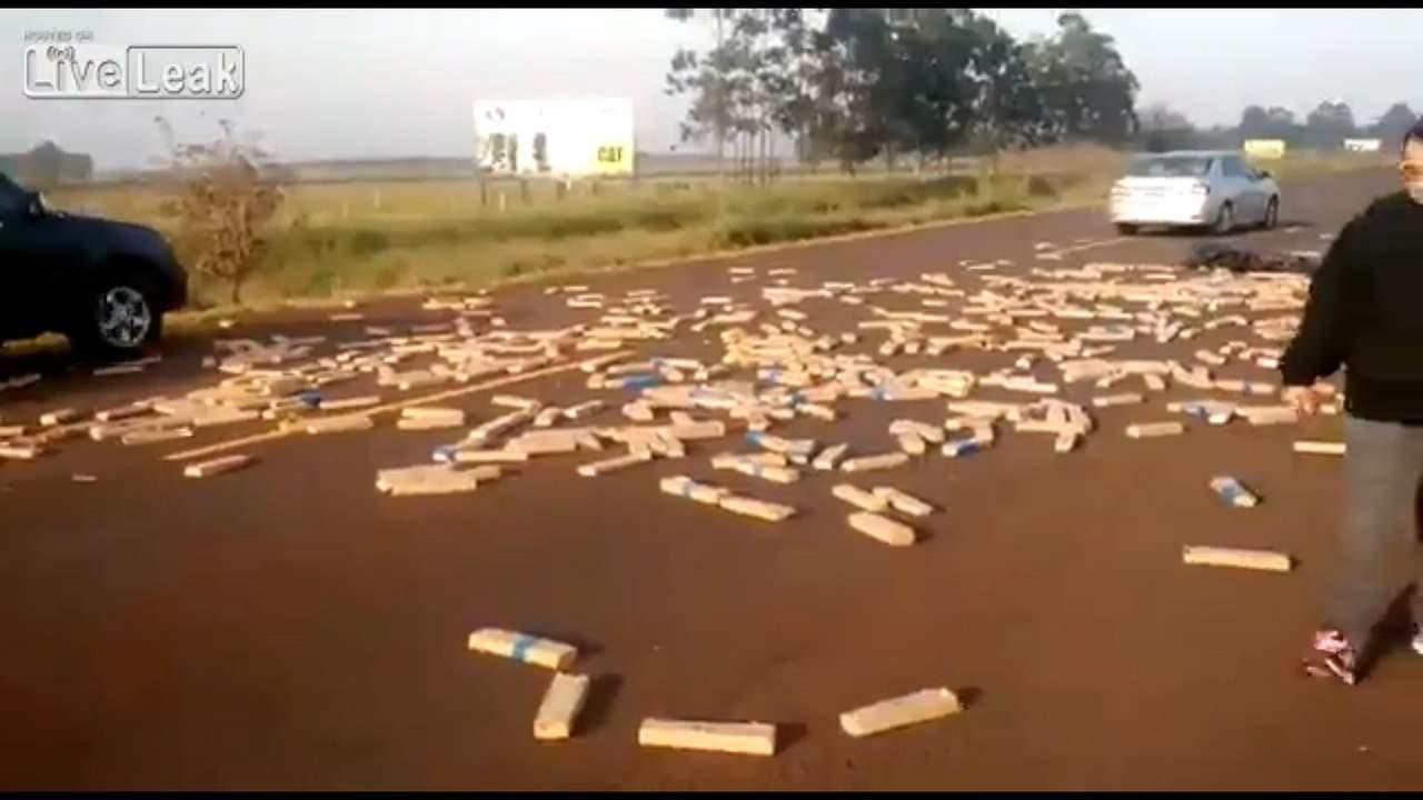 После аварии одна из дорог Бразилии покрылась наркотическим веществом (видео)