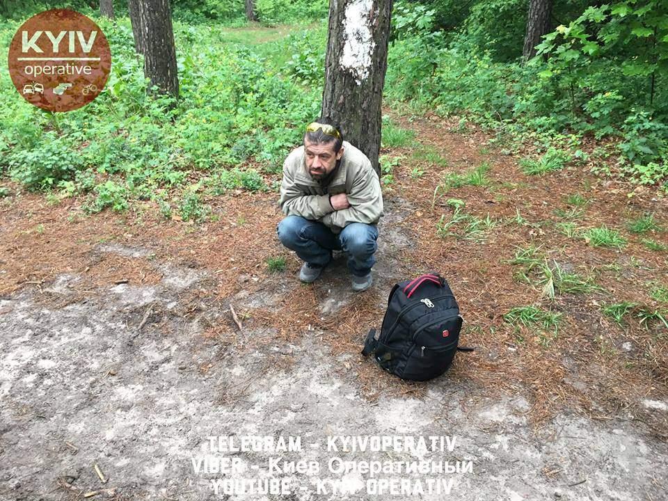 Задержанный в Киевской области мужчина с наркотическими веществами не может определиться с показаниями (фото, видео)