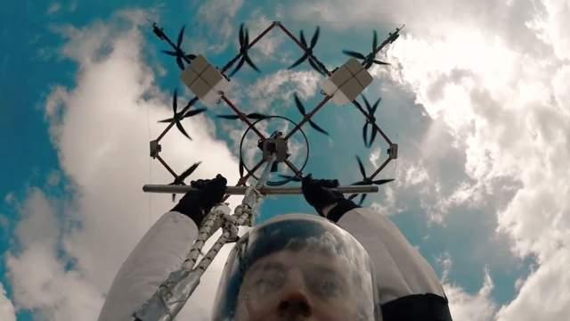 Ингус Аугскалнус стал первым в мире человеком, прыгнувшим с парашютом с беспилотного апарата (Видео)