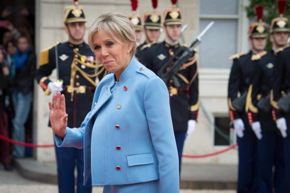 Нежная синева - тренд сезона: первая леди Франции выбрала стильный наряд на инаугурацию (фото)
