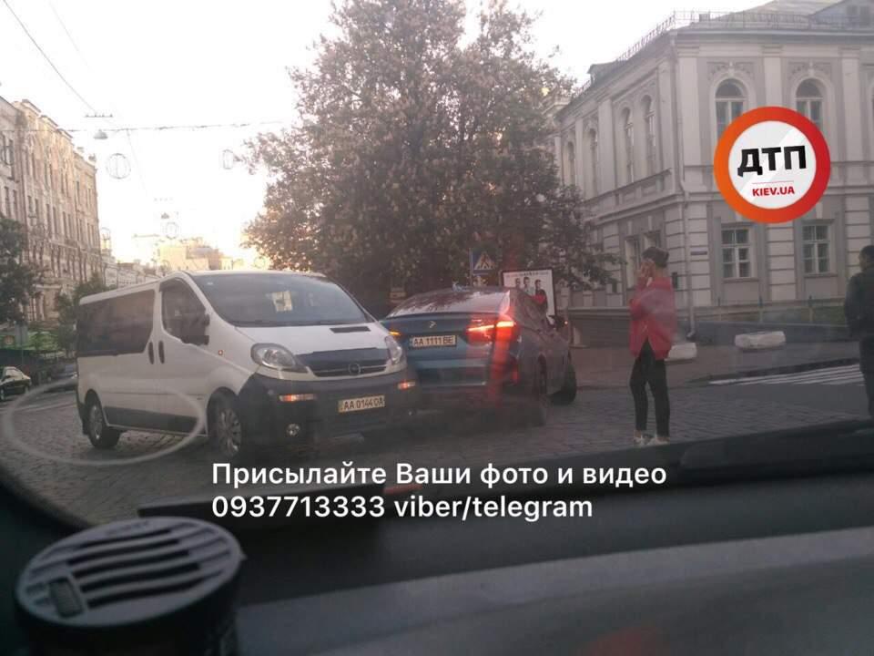 Очередное столичное ДТП: девушка не увидела выезжающий автомобиль (фото)