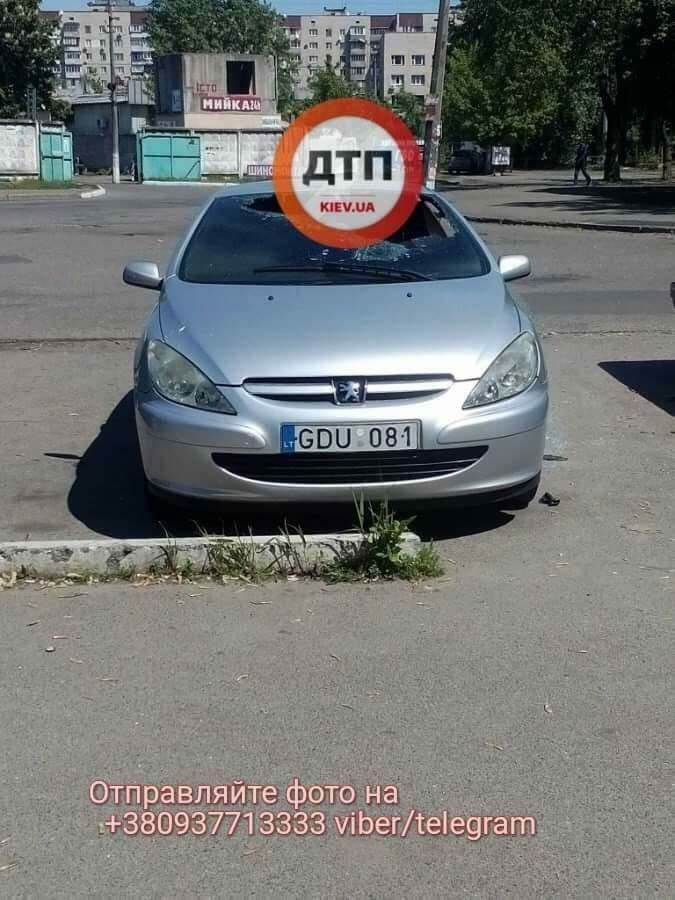 В Киеве неизвестные попытались поджечь автомобиль с иностранной регистрацией (фото)