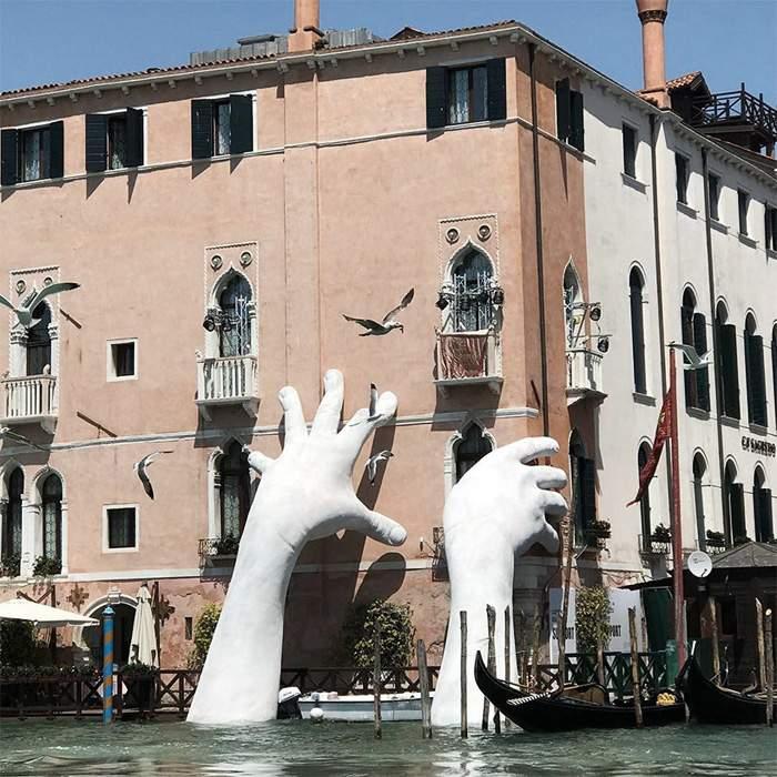 На Гранд-канале в Венеции появилась инсталляция в виде восьмиметровых рук (фото)