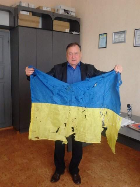 Изрешеченный символ мужества: в Старобельск доставили знамя из Луганского аэропорта (фото)