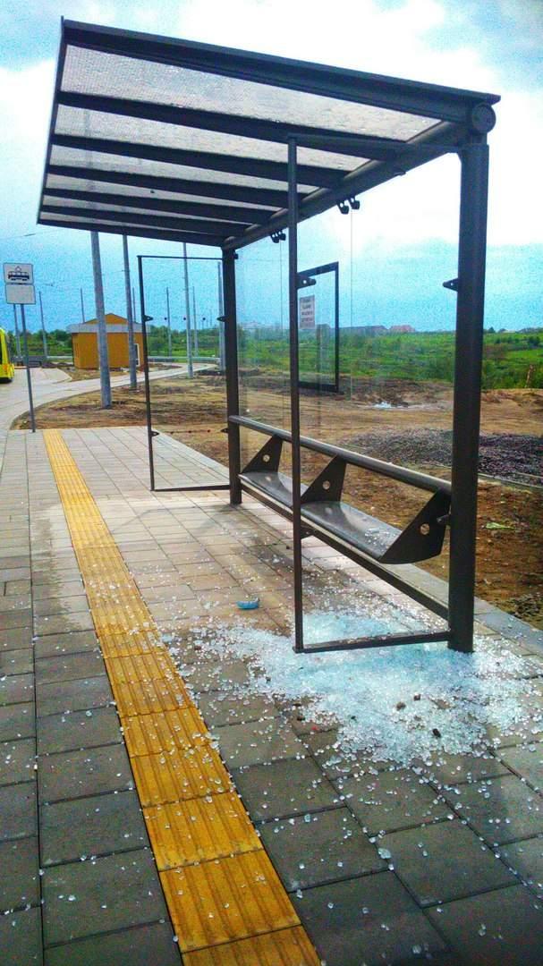 Во Львове неизвестные вандалы уничтожили остановку общественного транспорта (фото)