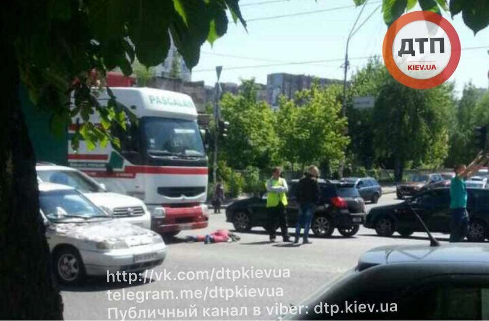 В столице пешеход попал под колеса массивной фуры (Фото)